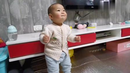 13个月宝宝太想有钱了,一听音乐跳个不停,太可