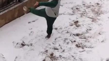 搞笑视频:小伙雪地练拳遭偷拍,结局爆笑