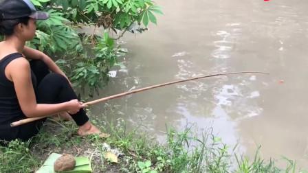 野外美女用泥巴钓鱼,钓到巨大的鲶鱼,真是厉
