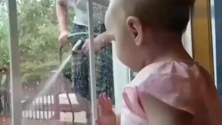孩子他爹恶搞自己小宝贝,宝宝都还没反应过来