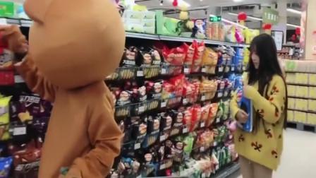 网红熊在超市买东西,竟被美女恶搞,结局让人意想不到