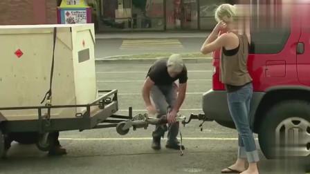 国外恶搞:路人帮美女的忙,没想到车里还有一