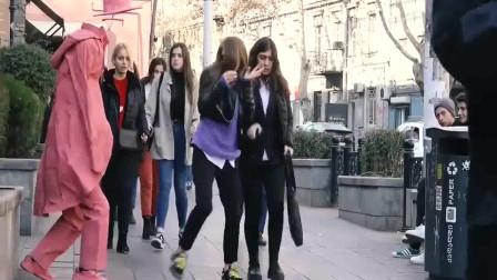 国外爆笑街头恶搞:路边的无头模特突然走了出