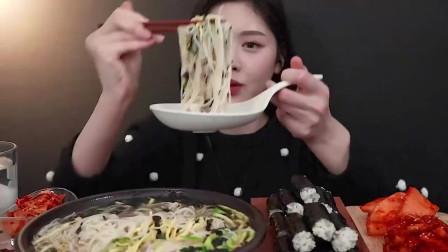 吃播:韩国美女吃货试吃韩式拉面,配上辣白菜