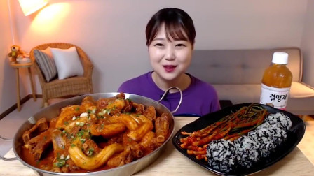 吃播:韩国美女吃货试吃韩式宽粉炖排骨,配上