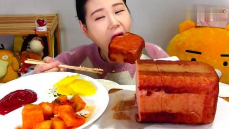 吃播:韩国美女吃货试吃红油午餐肉,配上韩式