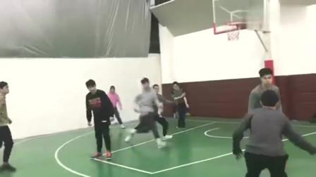 球场上发现一位篮球女神,看她打篮球的姿势,