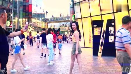 三里屯街拍:美女网红赵雪晴,不论穿连衣裙还