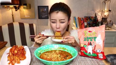 吃播:韩国美女吃货试吃新款火鸡面,配上韩式