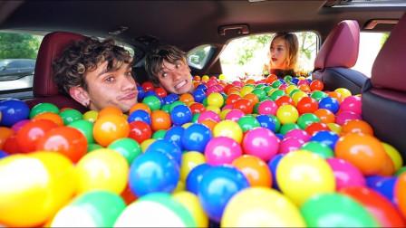 双胞胎作死恶搞,将海洋球倒满女友的车,女友