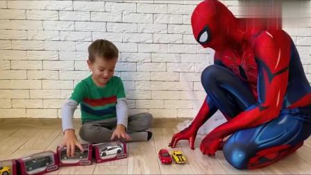 小正太和蜘蛛侠一起玩小汽车玩具!