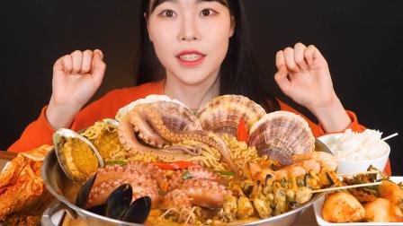 韩国美女吃播,一大锅的海鲜大杂烩,吃的那叫