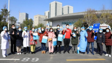 武汉开发区体育中心方舱医院第一批8名治愈患者