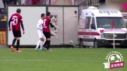 真·足球狗!土耳其联赛闯入流浪狗,一顿护球盘带有模有样!