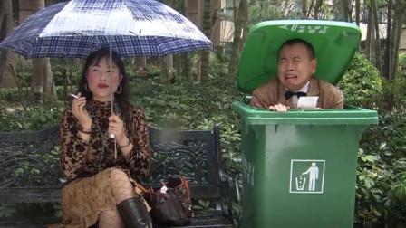 小伙相亲突遇下雨,机灵躲进垃圾桶,没成想一