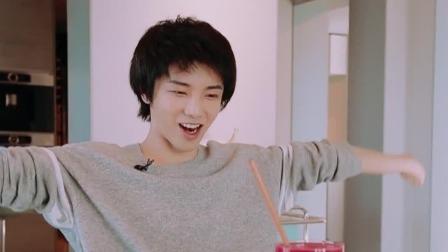 歌手们私人生活大爆料,华晨宇在家变烹饪小能