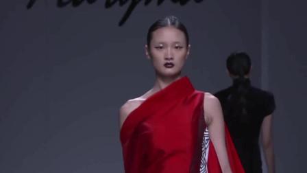 时装秀:红色斜肩丝绸裙,侧边开叉设计,脱隐若现秀出迷人美腿!