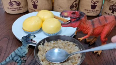 """亲子搞笑视频:小恐龙享用""""美味早餐"""""""