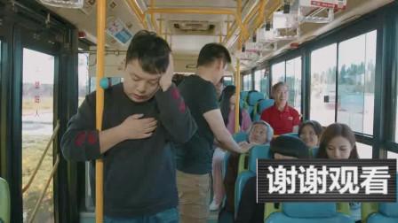 陈翔六点半:大妈坐公交,认为救人竟要砸碎全车玻璃!唉