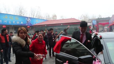 河南传统风俗,新娘下车前在车上撒上花生和糖,直接把盖头拿下来