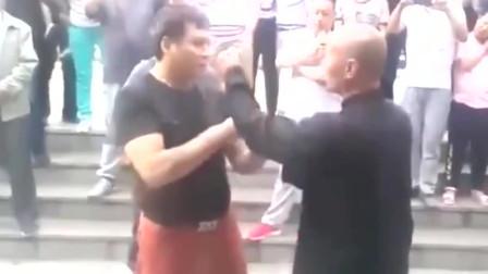 太极拳师傅遇见不按套路出拳的高手,真功夫不