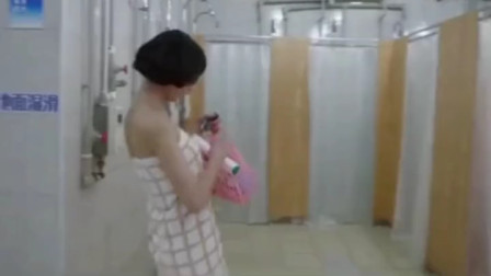美女校花洗澡时,误进了男澡堂!这回有好戏看了