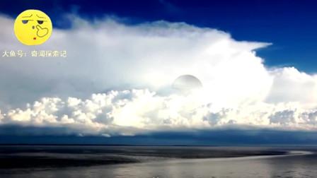 海面上空的云层中出现异象,一架水母状UFO缓缓出现!