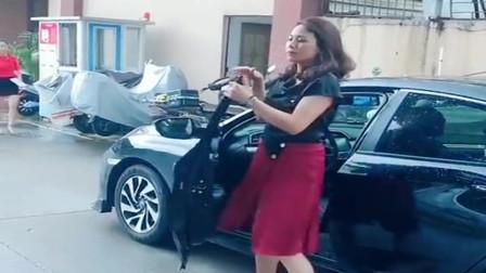 就想拍一个优雅的视频,美女也是拼了,穿着高跟鞋飞快的跑!