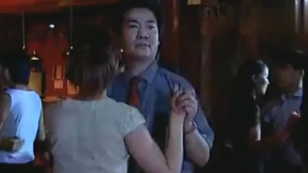 老男人酒吧热舞,一漂亮美女进来,他又有了新的目标