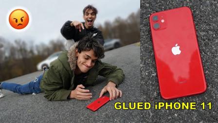 双胞胎恶搞:将哥哥的苹果手机粘在地上,网友:这下玩大了!