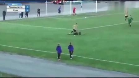 """这还是踢球吗欧洲赛场惊现""""少林飞脚"""",国足球员也曾这么干过"""