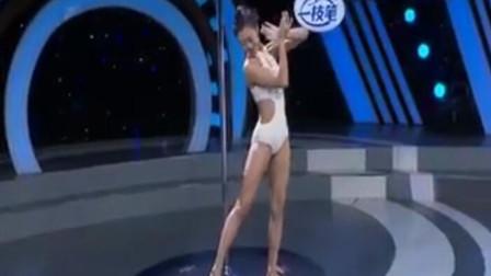 美女表演钢管舞,舞姿灵动迷人,高难度动作惊