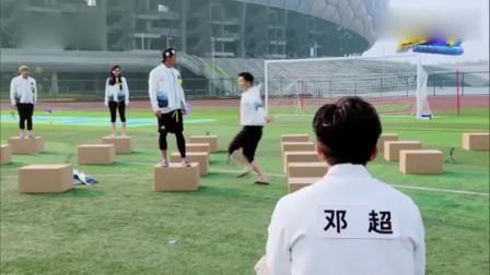 游戏环节,王祖蓝竟然抱着球门跳起了钢管舞,