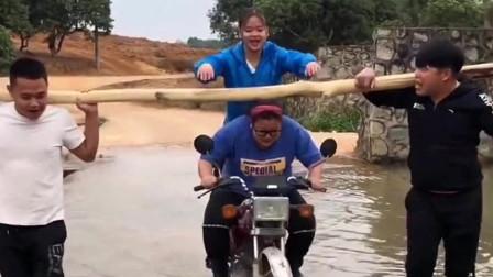 美女自己骑车走了,留下妹妹在原地,结局搞笑了!