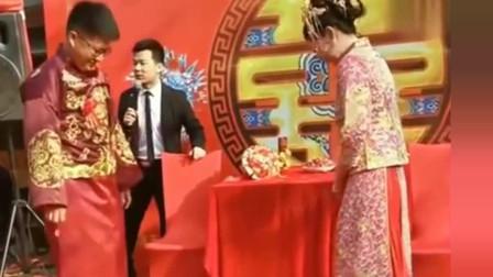 """搞笑婚礼:这小两口都太搞笑,就连司仪都""""无奈""""了!"""