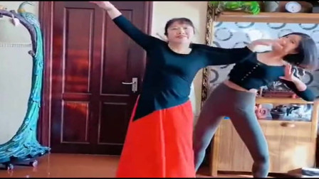 美女在家跟母亲跳舞,看着真赏心悦目!