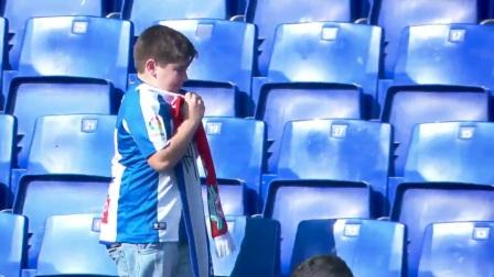 西班牙人小球迷喜获攻进西甲首球的武磊球衣,激动落泪