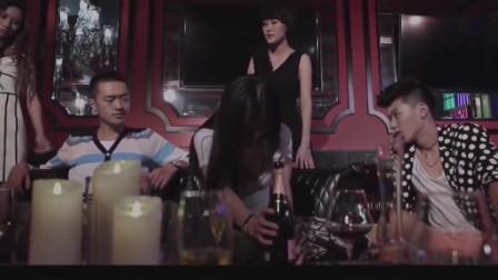 美女心情不好闷着喝酒,帅哥直接给她一大瓶酒