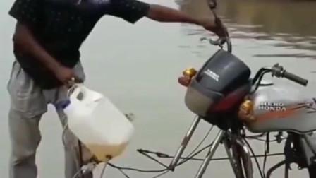 牛人发明:只能上两个人的轮船你见过吗?这也太会发明了,没有油了不知道就步行吗?