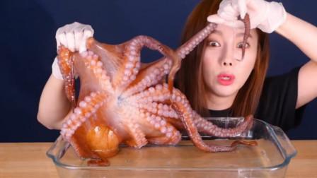 韩国美女吃大章鱼,玩的时候太害怕,吃的时候太过瘾