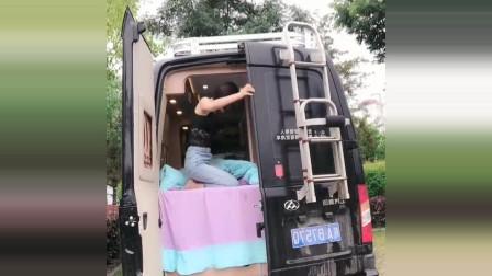 上海美女开着房车全国自驾游,车后面就是一张