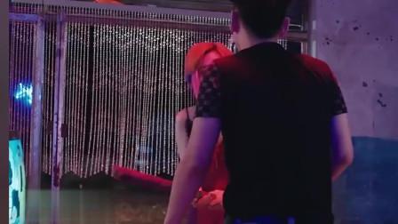 丈夫临时出差,美女不甘,跑到酒吧吊凯子!