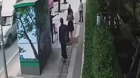 美女逛完街穿着短裙回家,谁知意外降临,监控