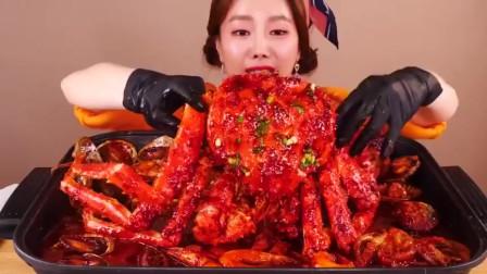韩国美女试吃红油帝王蟹,大口大口,表情十分陶醉