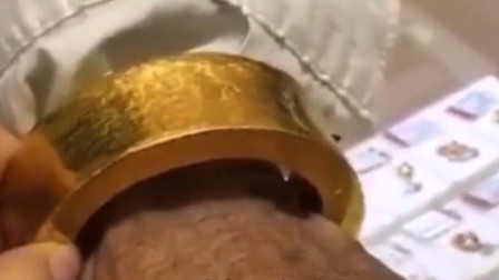 搞笑视频:大爷 你这右手不拎个杠铃 走路都不稳