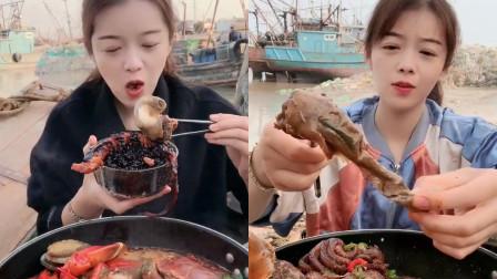 美女小姐姐直播吃:黑米+海螺,吃出了幸福的