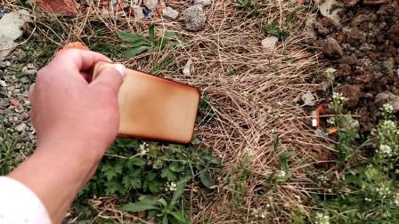 农村小伙赶集回家路边捡到一部手机,偷偷打开