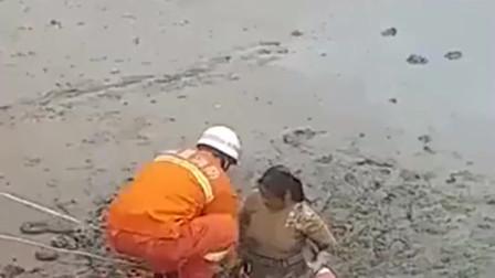 美女掉在泥巴里上不来,只好打电话求助消防队