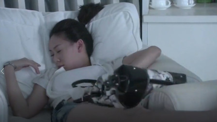 美女就这样睡在沙发,身旁的大哥吃香了