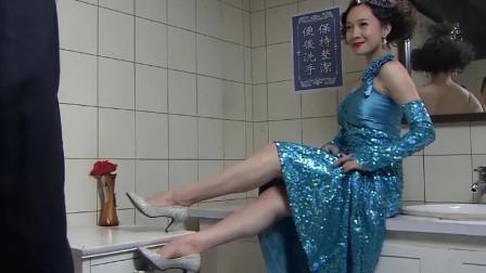 军官看上舞女,竟尾随她去厕所,不料美女一个